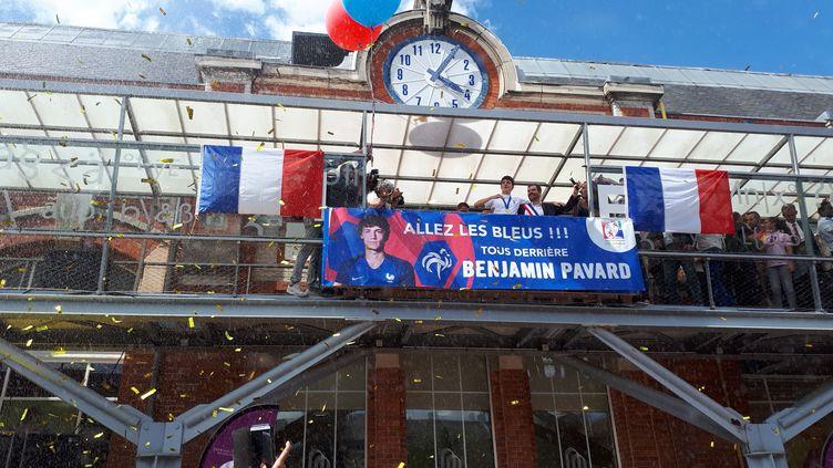 Le défenseur des Bleus champions du monde, Benjamin Pavard, a été accueilli en héros dans sa ville natale de Jeumont (Nord). (CÉCILIA ARBONA / RADIO FRANCE)