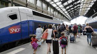 Des passagers se dirigent vers un TGV, gare de Lyon à Paris, le 3 août 2020. Photo d'illustration. (BERTRAND GUAY / AFP)