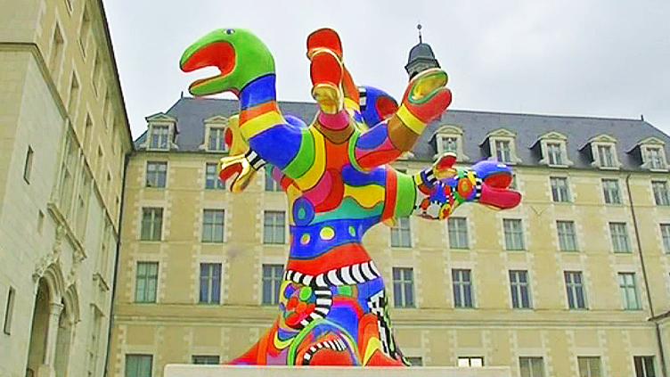 """""""L'arbre-serpents"""" de Niki de Saint Phalle est à nouveau visible dans la cour du musée des Beaux-Arts d'Angers  (France 3 / Culturebox)"""