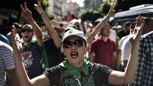 18 octobre 2019 à Alger. Une Algérienne dans la foule des manifestants qui défilent pour la 35e fois contre le pouvoir. (RYAD KRAMDI / AFP)