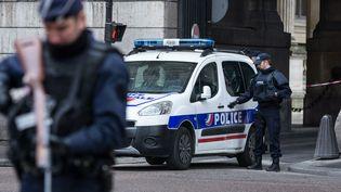 Des policiers devant le Carrousel du Louvre à Paris, le 3 février 2017. (JULIEN MATTIA / AFP)