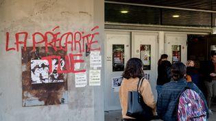 Un graffiti dénonçant la précarité étudiante, le 12 novembre 2019 à Nantes (Loire-Atlantique). (ESTELLE RUIZ / NURPHOTO / AFP)