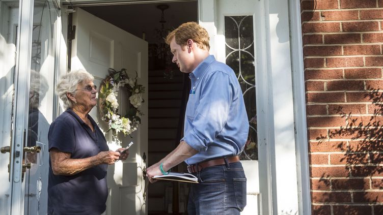 Chris Hurst, candidat démocrate élu à la Chambre des délégués de Virginie, ici en campagne en juillet 2017. (THE WASHINGTON POST / GETTY IMAGES)