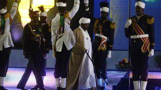 Le président soudanais Omar el-Béchir arrive au palais présidentiel de la capitale Khartoum pour prononcer un discours le 31 décembre 2018, à l'occasion du 63e anniversaire de l'indépendance du pays. (ASHRAF SHAZLY / AFP)