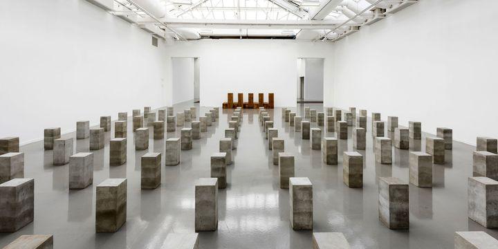 """Vue de l'exposition, Carl Andre: Sculpture as Place, 1958–2010 au Musée d'Art moderne de la Ville de Paris (""""Lament for the Children"""", 1976-1996)  (Pierre Antoine)"""