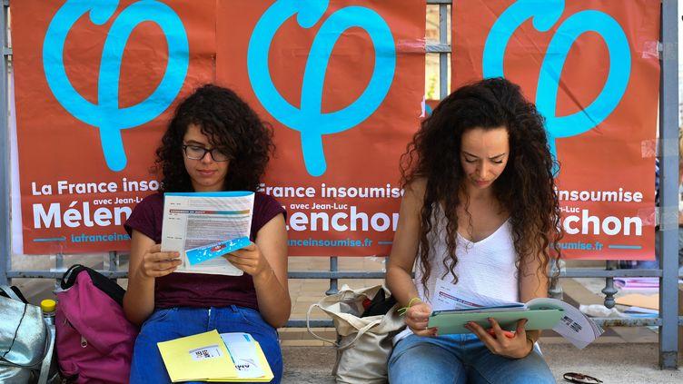 Deux femmes participent à une conférence d'été de La France insoumise, à Marseille (Bouches-du-Rhône), le 24 août 2017. (BERTRAND LANGLOIS / AFP)