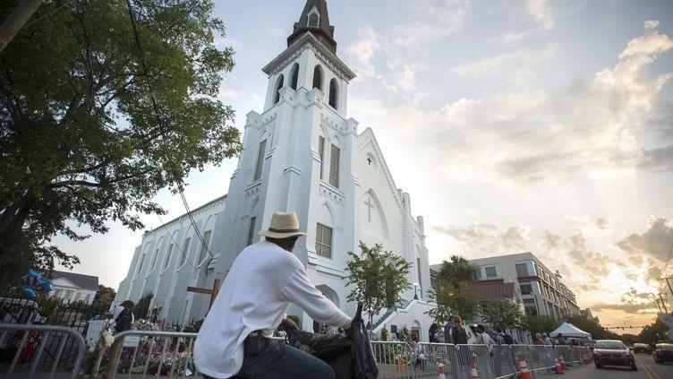 Mercredi, Dylann Roof, 21 ans, s'était introduit dans une soirée de lecture biblique de l'église. Après avoir sagement assisté à une heure d'étude, le jeune homme s'était levé et a ouvert le feu, touchant à plusieurs reprises ses victimes. (STEPHEN B. MORTON / AP / SIPA)