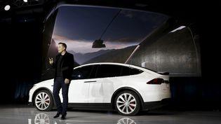 Le patron de Tesla, Elon Musk, présente son nouveau véhicule électrique, la Model X, le 29 septembre 2015, à Fremont (Californie). (STEPHEN LAM / REUTERS)