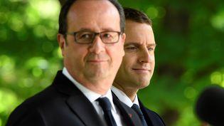 François Hollande et Emmanuel Macron lors de la commémoration de l'abolition de l'esclavage, le 10 mai 2017 au jardin du Luxembourg à Paris. (ERIC FEFERBERG / AFP)