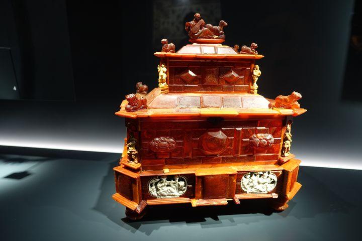 """Exposition """"Pierres Précieuses"""" à la Grande galerie de l'évolution à Paris :coffret dit Anne d'Autriche en ambre et ivoire. Pologne vers 1680 (CORINNE JEAMMET)"""