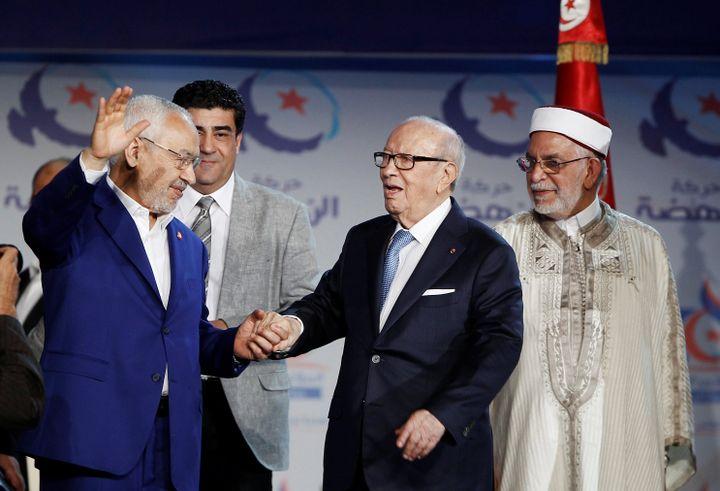 Le dirigeant d'Ennahda, Rached Ghannouchi (à gauche), avec le président tunisien, Béji Caïd Essebsi (au centre), lors du congrès du mouvement d'inspiration islamiste à Tunis le 20 mai 2016. (REUTERS - ZOUBEIR SOUISSI / X02856)