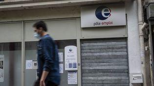 Un homme passe devant une agence Pôle emploi à Paris, le 25 juillet 2020. (HUGO PASSARELLO LUNA / HANS LUCAS / AFP)