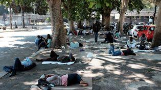 Des centaines de migrants campent autour de la gare de Rome-Tiburtina (Italie), le 11 juin (ALBERTO PIZZOLI / AFP)