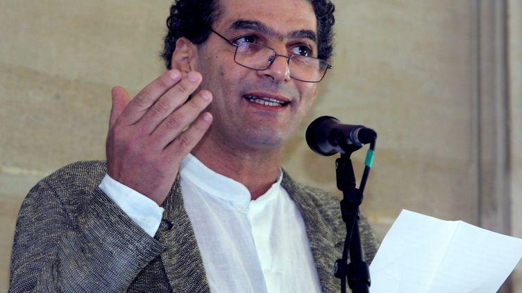 L'écrivain algérien Mohamed Kacimi, auteur d'une pièce de théâtre sur le terroriste Mohamed Merah,ici à Paris le 13 juin 2005. (JACQUES DEMARTHON / AFP)