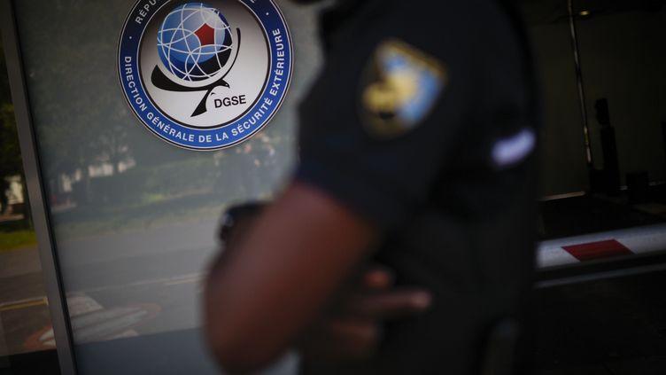 Devant le siège de la Direction générale de la sécurité extérieure, à Paris, le 4 juin 2015. (MARTIN BUREAU / AFP)