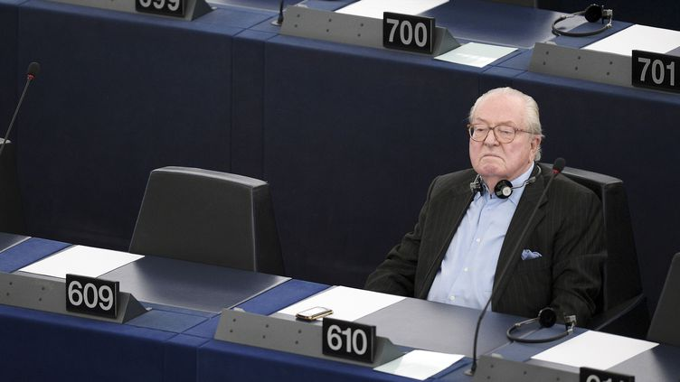 Jean-Marie Le Pen dans l'hémicycle du Parlement européen, à Strasbourg (Bas-Rhin), le 19 mai 2015. (FREDERICK FLORIN / AFP)