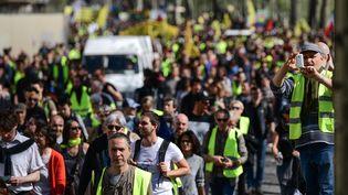 """Des """"gilets jaunes"""" défilent à Paris, le 30 mars 2019. (MARTIN BUREAU / AFP)"""