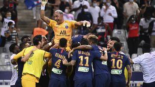 Les joueurs du PSG se rassemblent autour de Keylor Navas, gardien de but, après avoir remporté la Coupe de la Ligue, le 31 juillet au Stade de France. (FRANCK FIFE / AFP)