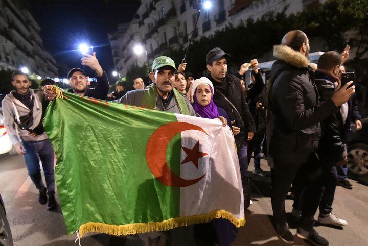 Manifestation nocturne, le 21 novembre 2019, à Alger. La contestation s'étend. (RYAD KRAMDI / AFP)