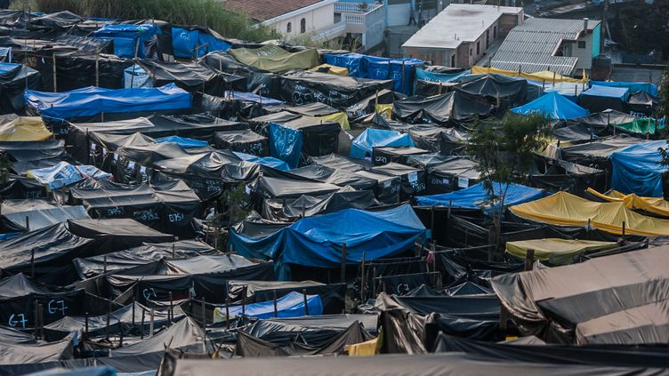 Des sans-abri vivent à 4km du stade construit pour la Coupe du monde à Sao Paolo (Brésil), le 15 mai 2014. (TABA BENEDICTO / NURPHOTO / AFP)