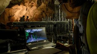 Pour respecter les volumes originaux et l'apparence des parois, les artisans travaillent en collaboration avec les chercheurs de la grotte Chauvet. Ils se servent d'une reproduction 3D de la grotte dans laquelle ils peuvent naviguer. Le scan a été réalisé par la prise de 6000 photos numériques. (CHRISTOPHE LEPETIT / AFP)