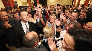 Le candidat du FN à la cantonale partielle de Brignoles (Var), Laurent Lopez (en cravate), le 6 octobre 2013. ( MAXPPP)