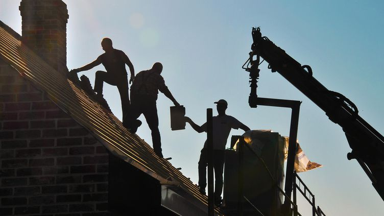 Des ouvriers travaillent sur une maison en cours de construction, le 29 septembre 2011 à Estaires (Nord). (PHILIPPE HUGUEN / AFP)