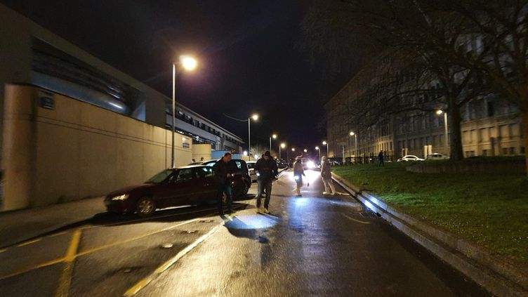 La police scientifiquecherche des indices après une fusillade mortelle, le 8 mars au soir à Besançon (Doubs). (LAURIANE DELANOË / RADIO FRANCE)