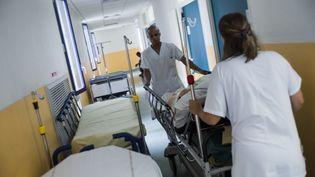 Des soignants à l'hôpital d'Argenteuil, dans le Val d'Oise, le 23 juillet 2013. (FRED DUFOUR / AFP)