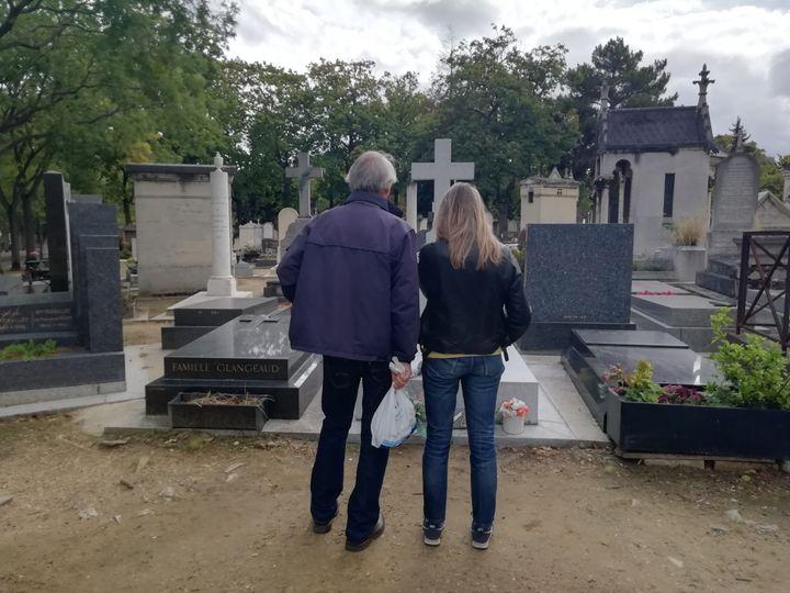 Des promeneurs devant la tombe de Jacques Chirac au cimetière du Montparnasse. (MAÏWENN BORDRON / FRANCEINFO/ RADIODRANCE)