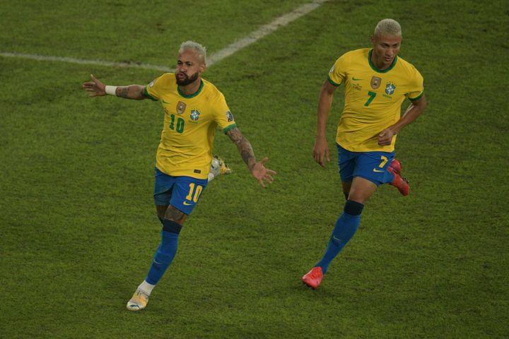 Neymar et son coéquipierRicharlisonlors de la victoire 4-0 du Brésil face au Pérou le 17 juin dernier. (CARL DE SOUZA / AFP)