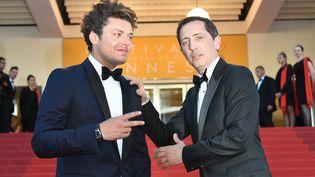 Les humoristes français Kev Adams et Gad Elmaleh posent, lors du festival de Cannes, le 21 mai 2016. (ALBERTO PIZZOLI / AFP)