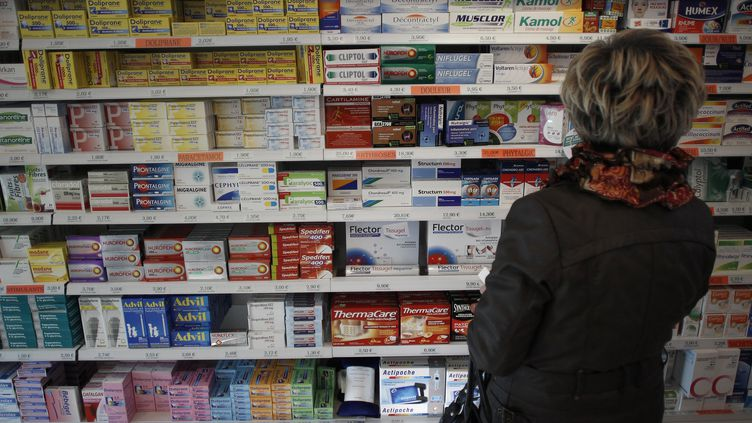 Les rayons d'une pharmacie de Caen (Calvados), le 16 novembre 2012. (CHARLY TRIBALLEAU / AFP)