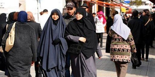 Femmes se promenant avenue Habib Bourguiba à Tunis (28-4-2012) (AFP - FETHI BELAID)