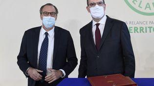 Renaud Muselier, président du conseil régional de Paca, et Jean Castex, Premier ministre, lors de la cérémonie de signature du contrat de plan Etat-Région, le 5 janvier 2021, à Toulon (Var). (NICOLAS TUCAT / AFP)