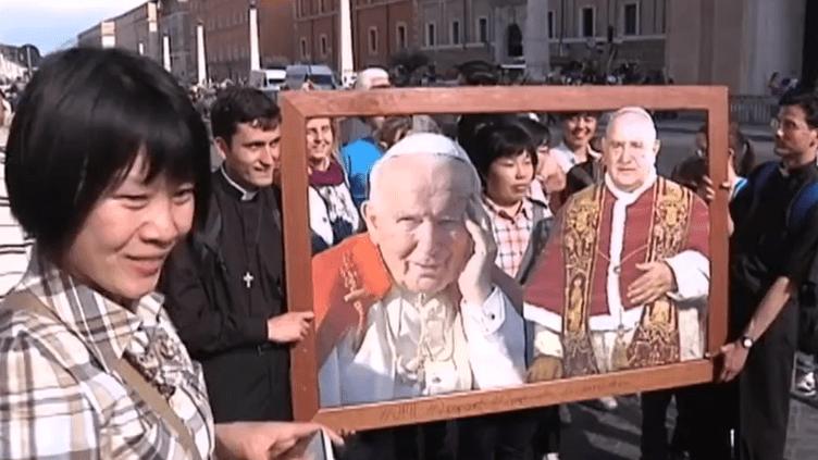 Des groupes du monde entier affluent au Vatican pour assister à la messe de canonisation des papes Jean XXIII et Jean-Paul II, prévue dimanche 27 avril. (FRANCE 2 / FRANCETV INFO)