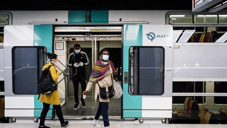 Des voyageurs portent un masque dans la gare RER de Châtelet-Les Halles (Paris), le 29 avril 2020. (DENIS MEYER / HANS LUCAS / AFP)