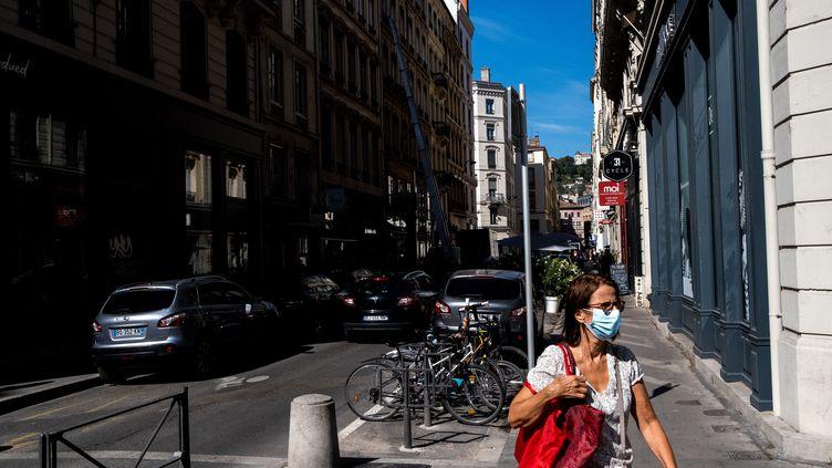 Une femme porte un masque de protection contre le Covid-19 à Lyon, le 8 août 2020. (MARTIN BERTRAND / HANS LUCAS / AFP)