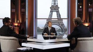 Le président de la République, Emmanuel Macron, face à Edwy Plenel (Mediapart, à droite) et Jean-Jacques Bourdin (RMC-BFMTV), le 15 avril 2018 à Paris. (FRANCOIS GUILLOT / POOL / AFP)
