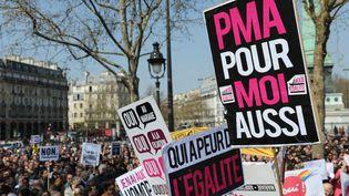 """Place de la Bastille, gros plan sur les pancartes de manifestants pour le mariage gay avec les slogans : """"PMA pour moi aussi"""", """"Qui a peur de l'égalité"""", """"Oui au mariage, oui à la filiation"""", en avril 2013. (FRANCE INFO / RADIO FRANCE)"""
