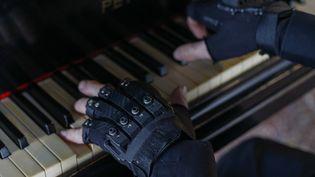 Les gants bioniques qui ont permis aucélèbre pianiste brésilien Joao Carlos Martins de retrouver l'usage de ses mains. (MIGUEL SCHINCARIOL / AFP)