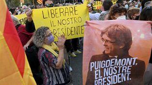 Les participants d'une manifestation de soutien à l'ancien président catalan Carles Puigdemont devantle consulat d'Italie à Barcelone le 24 septembre 2021. (LLUIS GENE / AFP)