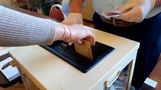 Un bureau de vote à Niort dans les Deux-Sèvres lors du premier tour des élections municipales 2020 (illustration, 15 mars 2020). (NOÉMIE GUILLOTIN / FRANCE-BLEU POITOU)