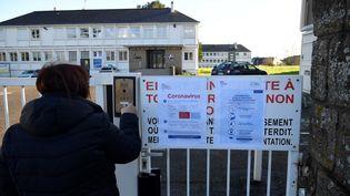 L'extérieur du lycée Bertrand Du Guesclin à Auray (Morbihan) fermé comme les écoles de la région le 2 mars 2020. (DAMIEN MEYER / AFP)