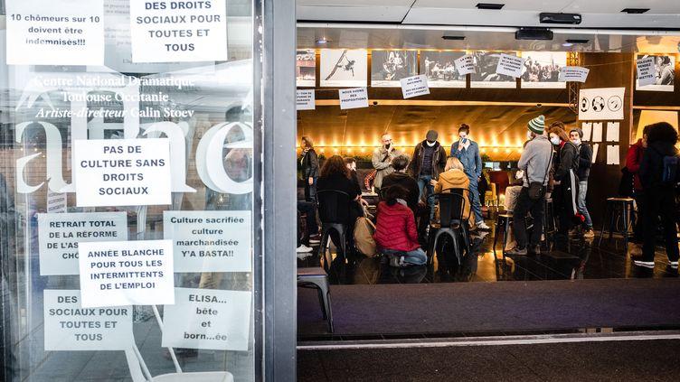 Plusieurs centaines d'intermittents du spectacle occupent depuisjeudi 12 mars la scène nationale du Théâtre de la Cité à Toulouse. Une occupation qui intervient après celle du Théâtre de l'Odéon à Paris pour réclamer la réouverture des lieux culturels. (LILIAN CAZABET / HANS LUCAS)