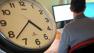 Une pendule sur son lieu de travail pour symbolier quesept salariés sur dix disent manquer de temps au quotidien. (SYLVIE CAMBON / MAXPPP)