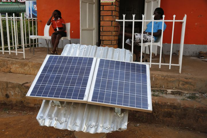 Une boutique spécialisée dans l'énergie solaire en Ouganda. (GODONG / BSIP)