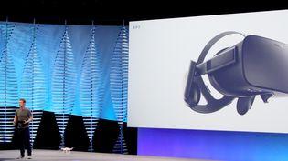 Mark Zuckerberg utilise un drone lors d'une keynote à San Francisco (Etats-Unis), le 12 avril 2016. (GLENN CHAPMAN / AFP)