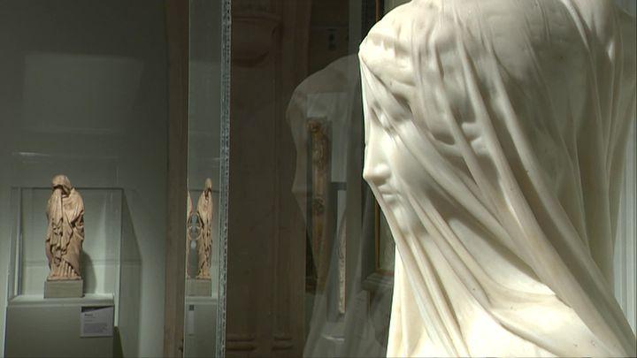 Giovanni STRAZZA (Milan, 1818-1875) ou atelier, Femme voilée – Le Silence, Vers 1850, Ronde-bosse en marbre de Carrare, Musée des Beaux-Arts-Ville de Nice - Remportant un grand succès, ce buste, passant parfois pour celui de la Vierge, fut maintes fois reproduit. (M. Zammit / France Télévisions)