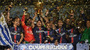Le capitaine Thiago Silva (au centre) brandit la Coupe de la Ligue remportée par le PSG, samedi 23 avril 2016 au Stade de France à Saint-Denis. (FRANCK FIFE / AFP)